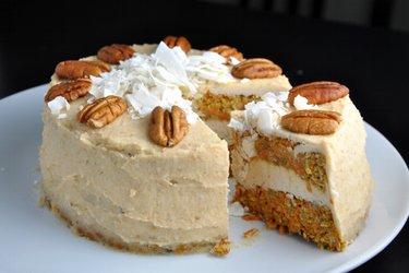 Mrkvový dort s kokosovým kešu krémem - bez mouky a cukru