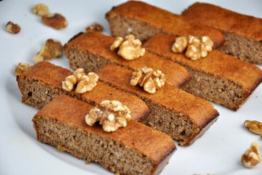 Jednoduchý, zdravý, ořechový koláč bez mouky ze 3 ingrediencí