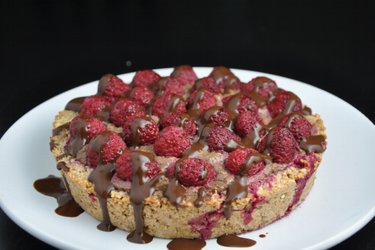Malinový koláč s avokádovo-kakaovou náplní