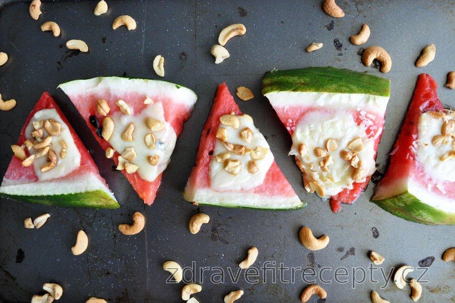 Zapečený meloun s mozzarellou a oříšky