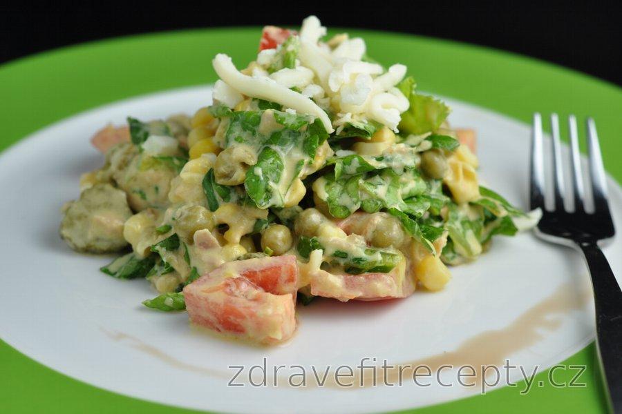 Zeleninový salát s tuňákem, hráškem a sýrem