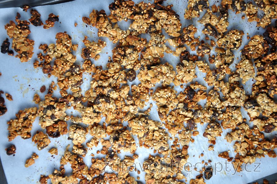 Křupavé zapékané müsli (granola) z ovesných vloček, pohanky a quinoy