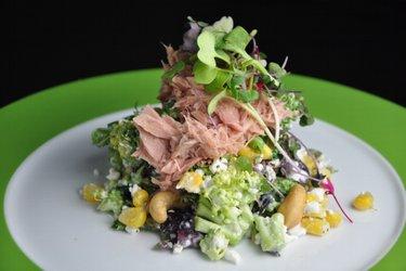 Brokolicový salát s cottage, kukuřicí a tuňákem