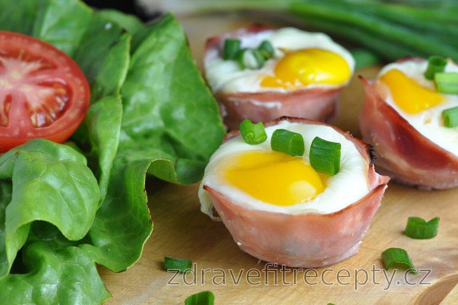 Vajíčka pečená v šunce se špenátem a sýrem