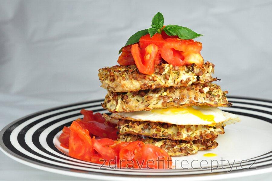 Cuketovo-pohankové věžičky s vajíčkem a rajčaty