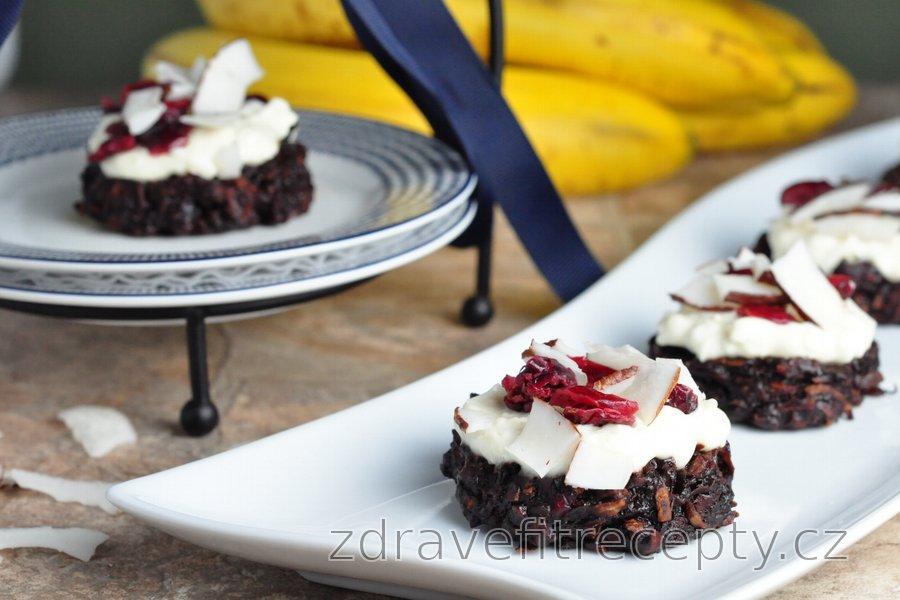 Kokosovo–banánové cookies s jogurtovou polevou a brusinkami