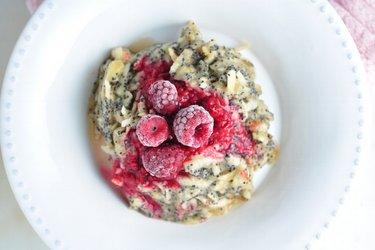 Ovoce s křupavým mákem – jednoduchá a zdravá snídaně bez výčitek