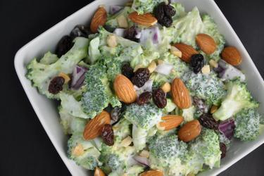 Zdravý brokolicový salát s rozinkami a mandlemi