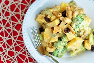 Brokolicovo-mangový salát