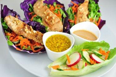 Zeleninovo-kuřecí wrapy se dvěma omáčkami