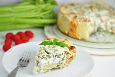 Bramborovo sýrový koláč s kuřecím masem a špenátem