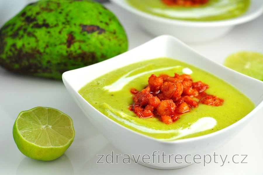 Studená avokádová polévka s pikantními krevetami