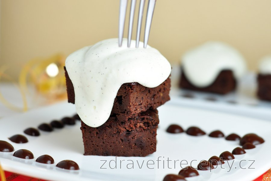 Čokoládový proteinový koláč s vanilkovým krémem