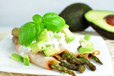 Chřestový salát s cottage sýrem a avokádem