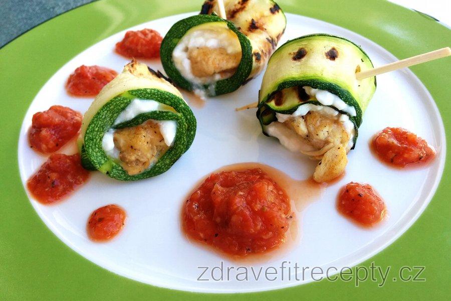 Kuřecí cuketové rolky s cottage sýrem a rajčatovou omáčkou