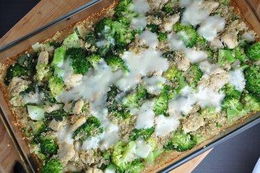 Zapečená quinoa s brokolicí a kuřecím masem