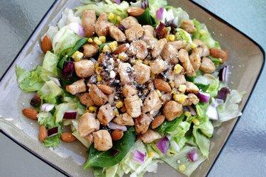 Fit kuřecí salát s červenou cibulí a mandlemi