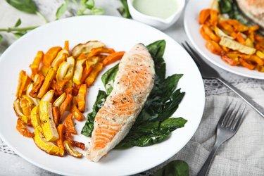 Grilovaný losos se zeleninovými hranolky a jogurtovo-česnekovou omáčkou