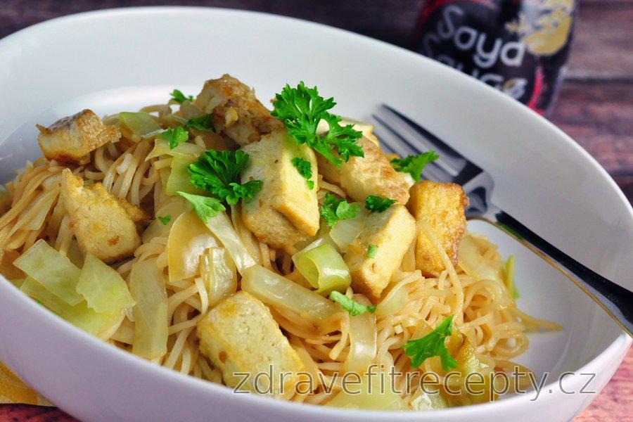 Chow mein s dušeným zelím a opečeným tofu