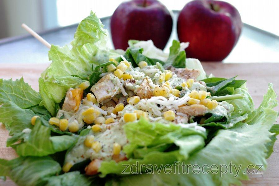 Lehký kuřecí sendvič v salátu s avokádovým dresinkem