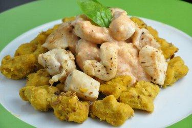 Dýňové gnocchi (noky) s kuřecím masem a sýrovou omáčkou