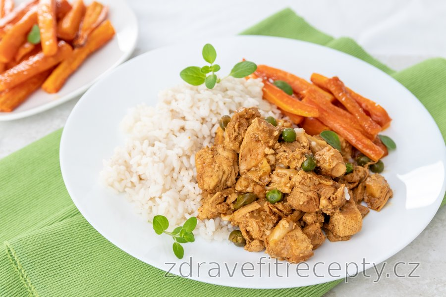 Kuřecí prsa s tofu, hráškem, mrkvovými hranolky a kari rýží