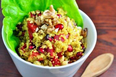 Quinoový salát s kurkumou, granátovým jablkem a ořechy