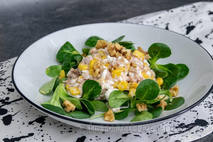 Tuňákový salát s cottage sýrem, kukuřicí a vlašskými ořechy