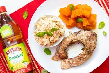 Vánoční kapr s batáty a coleslaw salátem