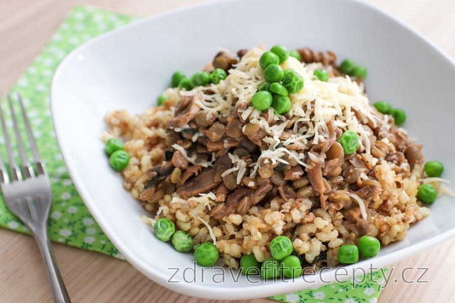 Čočkový talíř s hráškem, houbami a rýží
