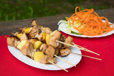 Fit kuřecí špízy s ananasem a houbami