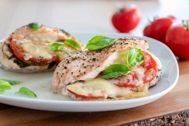 "Pečená kuřecí prsa ""Caprese"" s rajčaty, bazalkou a mozzarellou"