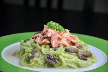 """Cuketové """"špagety"""" s krémovou avokádovou omáčkou a lososem"""