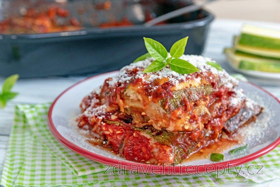 Zapékané lilkové a cuketové plátky v rajčatovo-sýrové omáčce