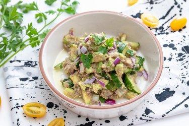 Rychlý fit salát s tuňákem a avokádem