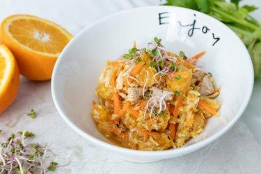 Fit zelný salát s pomerančem a kuřecím masem