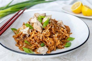 Rýžové nudle s kuřecím masem a arašídovou omáčkou