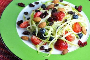 Cuketovo-ovocný salát s limetkovým dresinkem